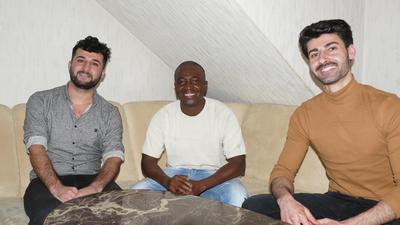 Für die Flüchtlinge Maher Naif, Lamin Saidy und Shalaw Rasul (von links) bedeutet ihre Wohngemeinschaft einen großen Schritt in Richtung Normalität.