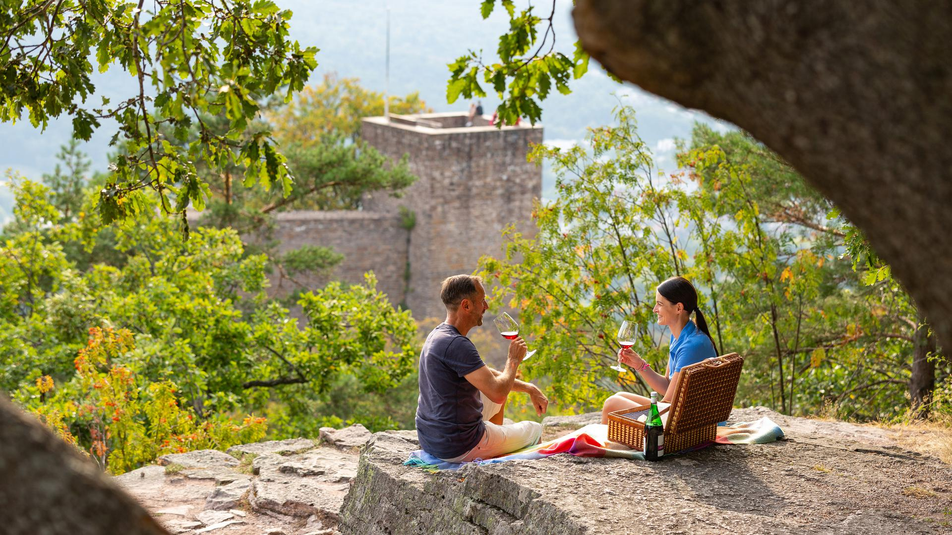 Ein Paar picknickt auf dem Battert beim Alten Schloss.
