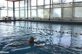 Eine Frau schwimmt in einem fast leeren Becken im Bertholdbad in Baden-Baden