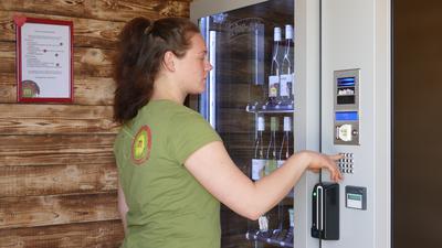 In der Regio-Box des Bio-Weinguts Maier gibt es neben gekühltem Wein auch badische Spezialitäten.