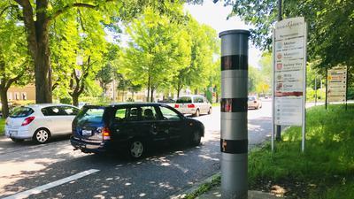 An einer der Bundesstraße 500 in Baden-Baden steht eine stationäre Geschwindigkeitsmessanlage.
