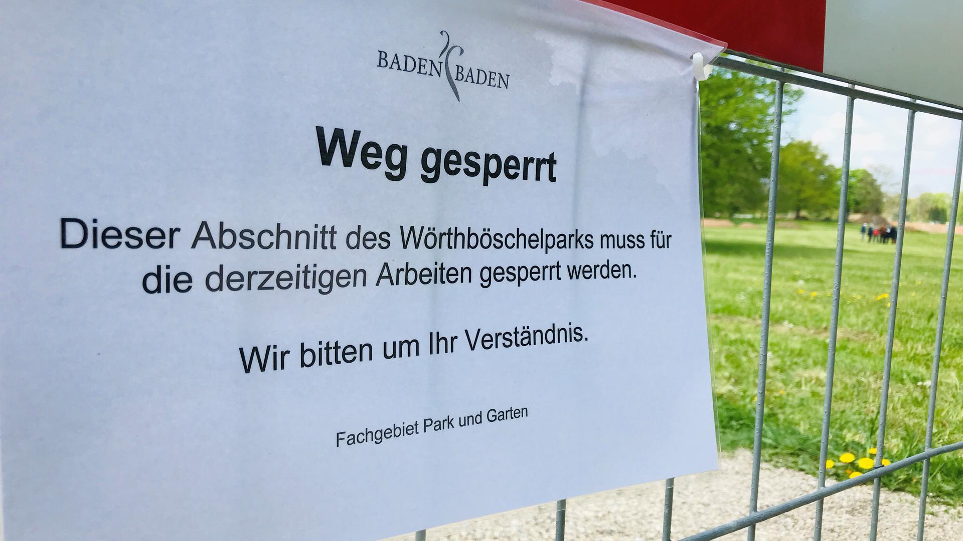 Im Wörthböschelpark in Baden-Baden ist ein Weg wegen Bauarbeiten gesperrt. In der Grünanlage liegen auch noch Blindgänger aus dem Zweiten Weltkrieg.