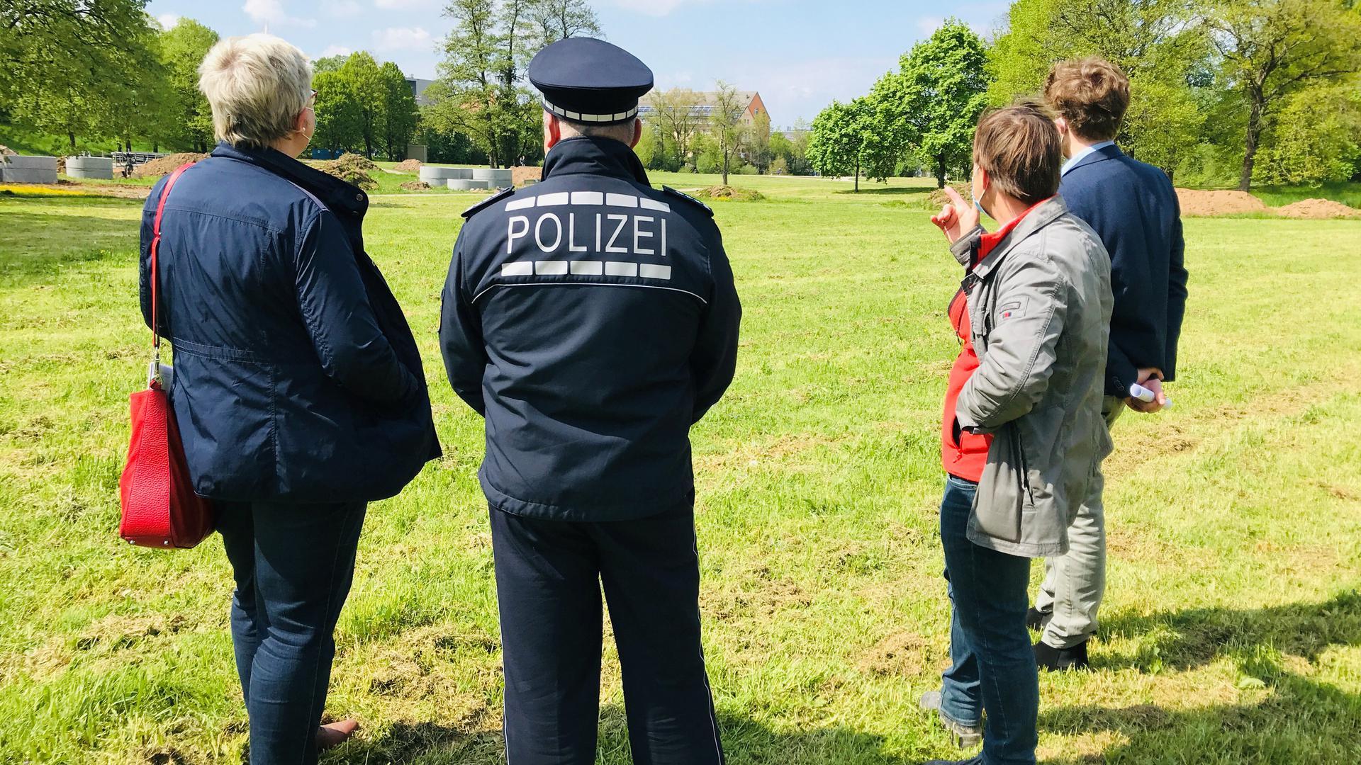 Experten der Stadtverwaltung und der Polizei beraten im Wörthböschelpark in Baden-Baden das Vorgehen zur Entschärfung von Blindgängern aus dem Zweiten Weltkrieg.