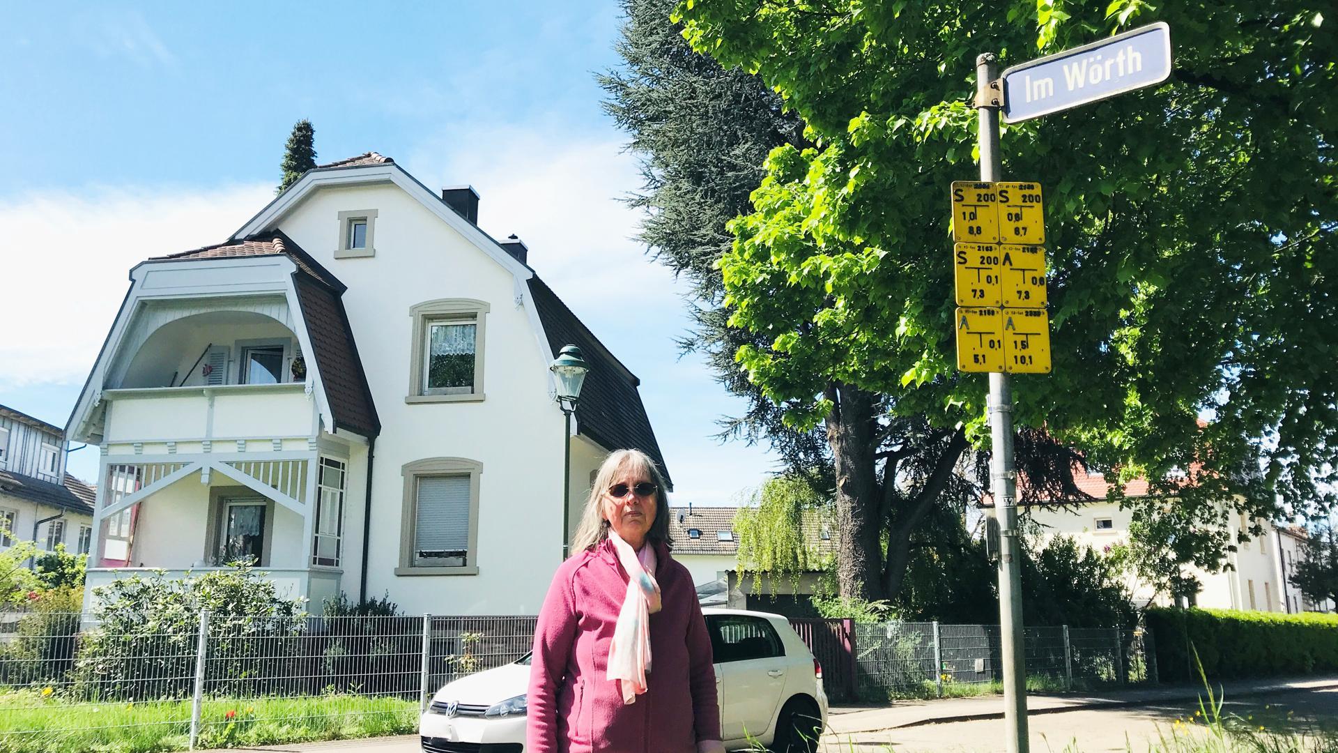 Adelheid Menth steht vor ihrem Wohnhaus nahe der Fundstelle von drei Blindgänger aus dem Zweiten Weltkrieg.