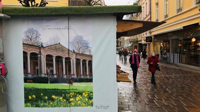 Hütten, die eigentlich an Weihnachten zum Einsatz kommen, stehen inzwischen mit unterschiedlichem Sortiment in der Baden-Badener Fußgängerzone.