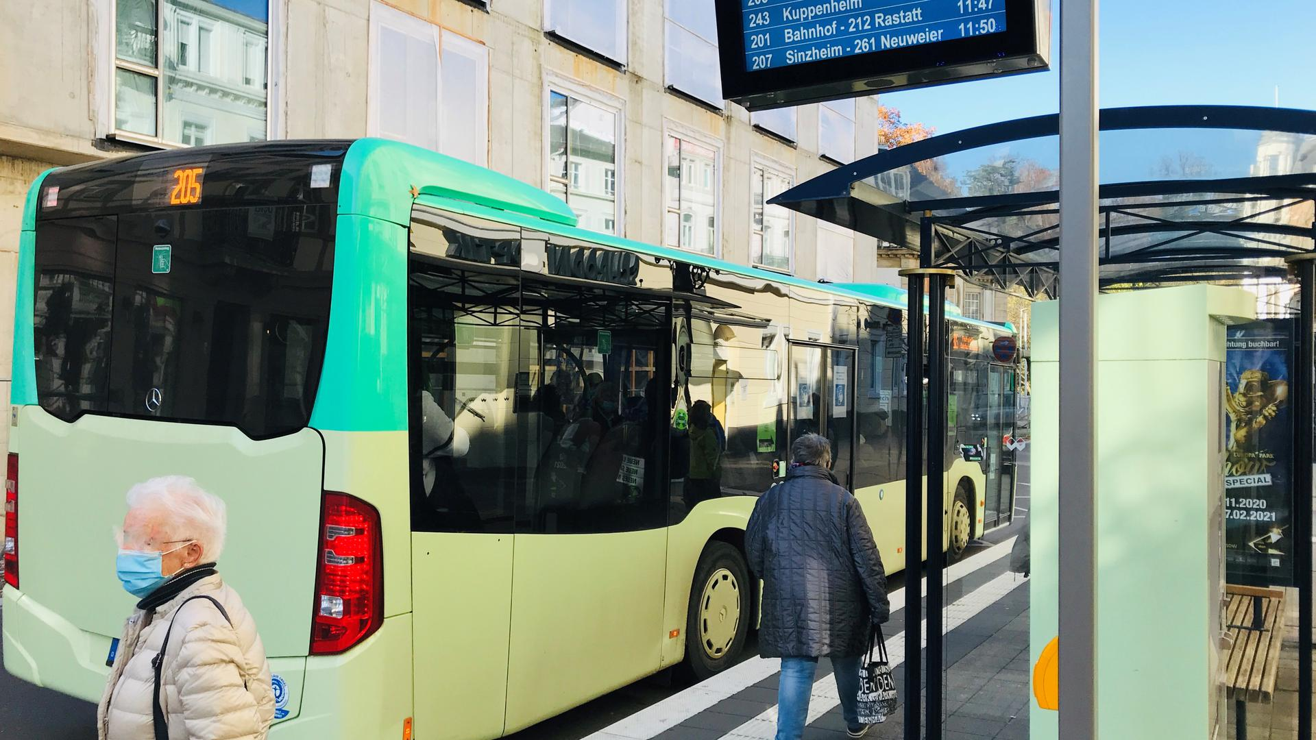 Bus steht an der Haltestelle am Leopoldsplatz in Baden-Baden.