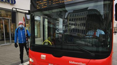Ein Mann steht in Baden-Baden vor einem Bus, der Richtung Mummelsee fährt.