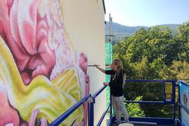 Fassaden-Künstlerin Caro Godles bei der Arbeit an einem Gebäude in der Fürstenbergallee Baden-Baden