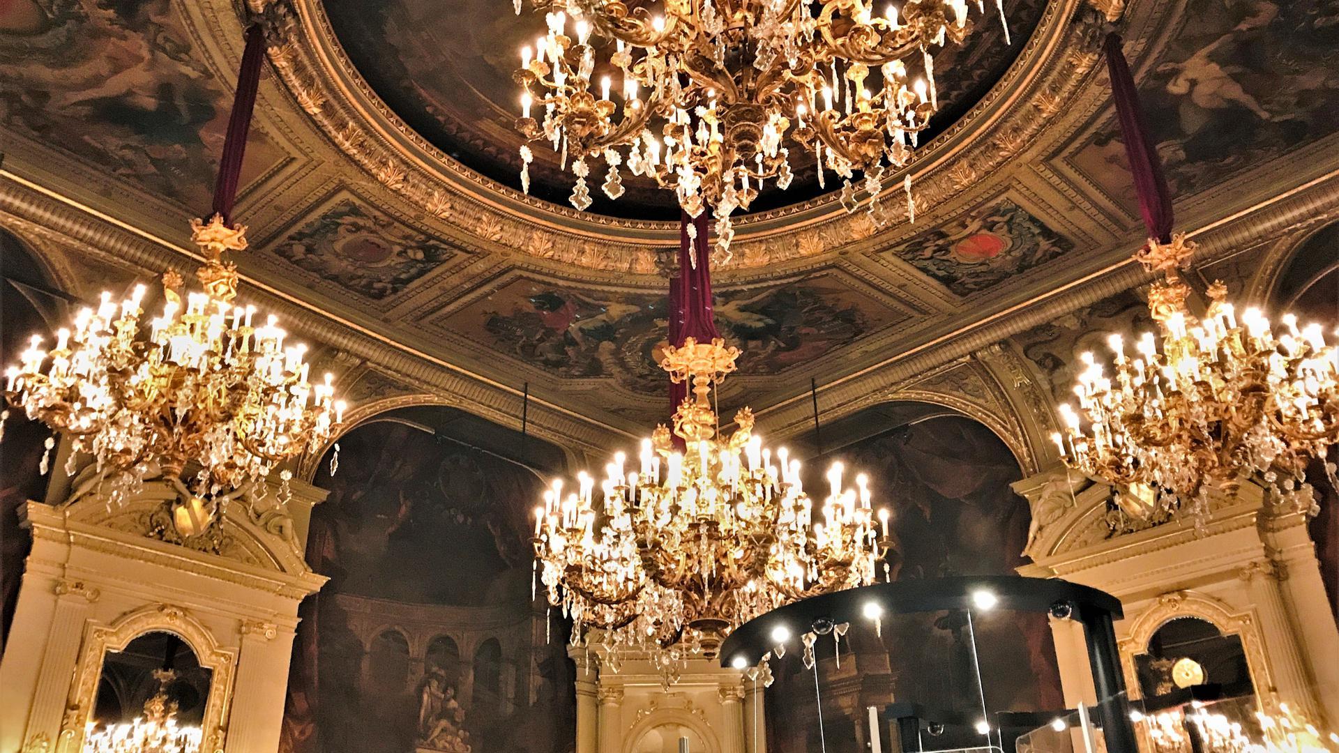 Der historische Florentinersaal im Casino im Kurhaus Baden-Baden. Hier rollt die Roulettekugel unter Kronleuchtern.