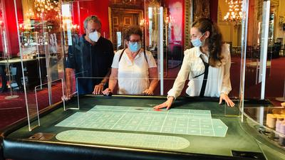Claudia und Georg Matysczok lassen sich von einer Casino-Mitarbeiterin in das Roulettespiel in der Spielbank Baden-Baden einführen.