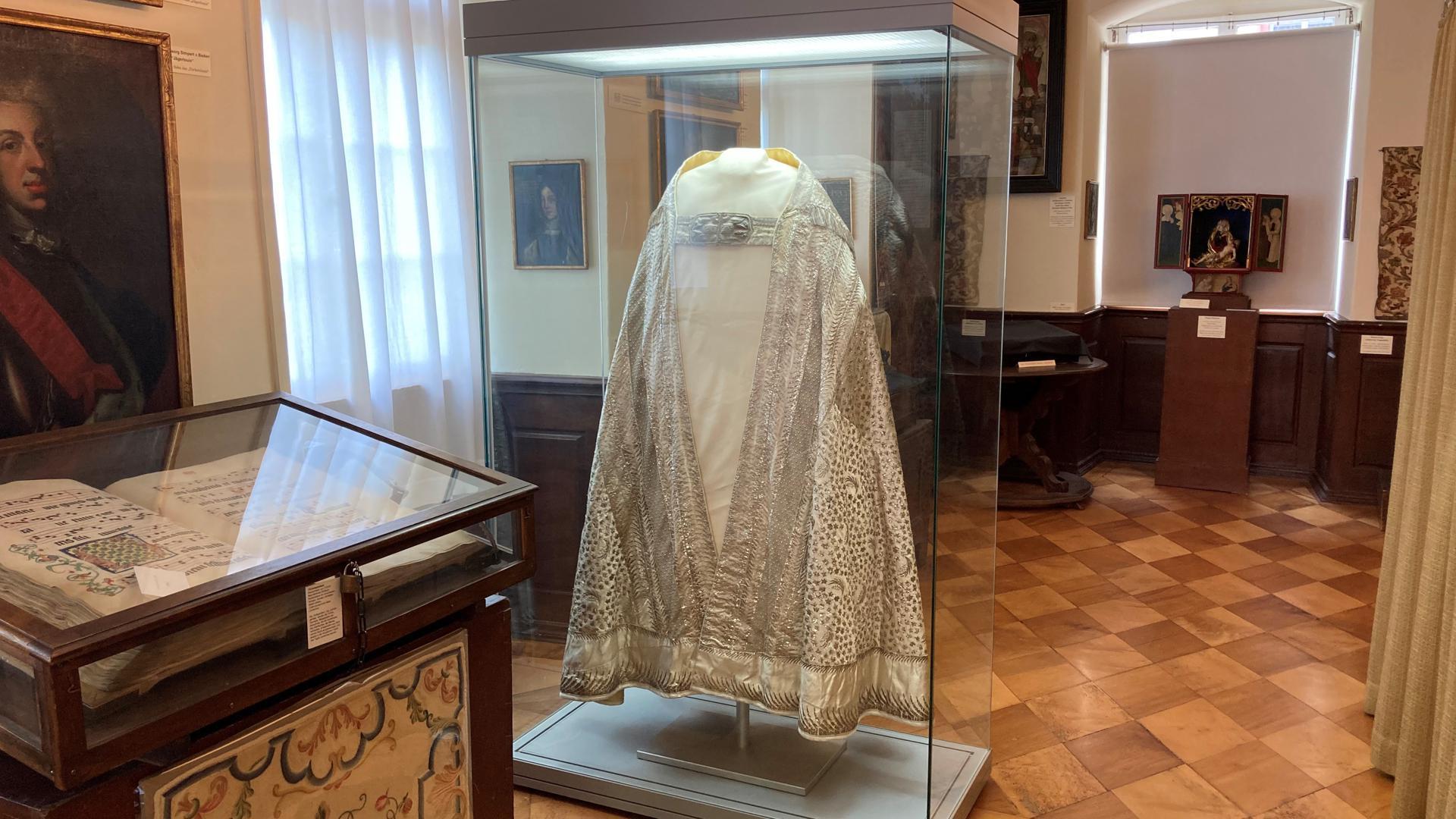 Das aufwändig bestickte Gewand wurde zu Hochfesten von Priestern im Kloster Lichtenthal getragen. Heute hängt es in einer Vitrine im Museum des Klosters.
