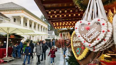 Besucher schlendern über den Christkindelsmarkt vor dem Baden-Badener Kurhaus.