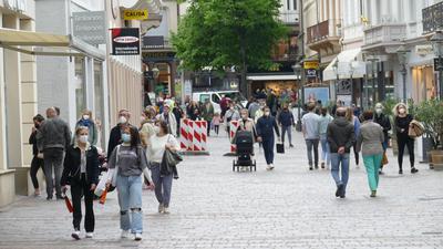 Menschen laufen durch die Lange Straße in Baden-Baden