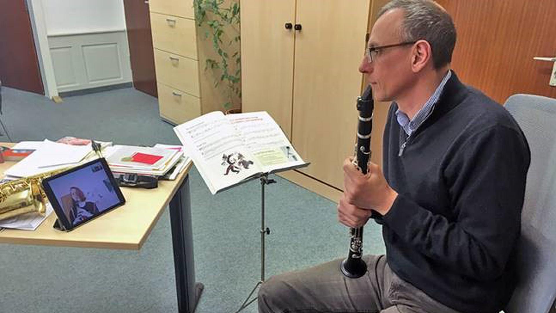 Ralf Eisler gibt virtuellen Unterricht an der Musikschule Baden-Baden.