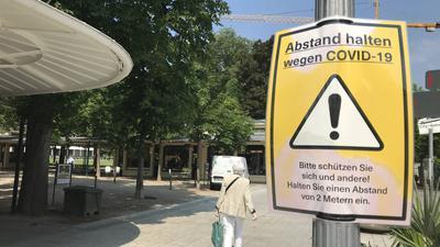 In Baden-Baden weisen Hinweistafeln auf die Einhaltung der Abstandsregel hin.