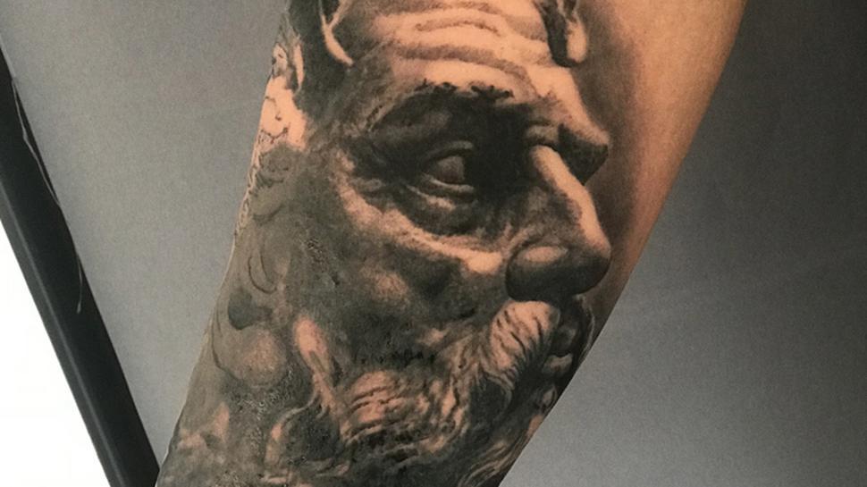 Eine Tätowierung eines Zeus-Kopfes