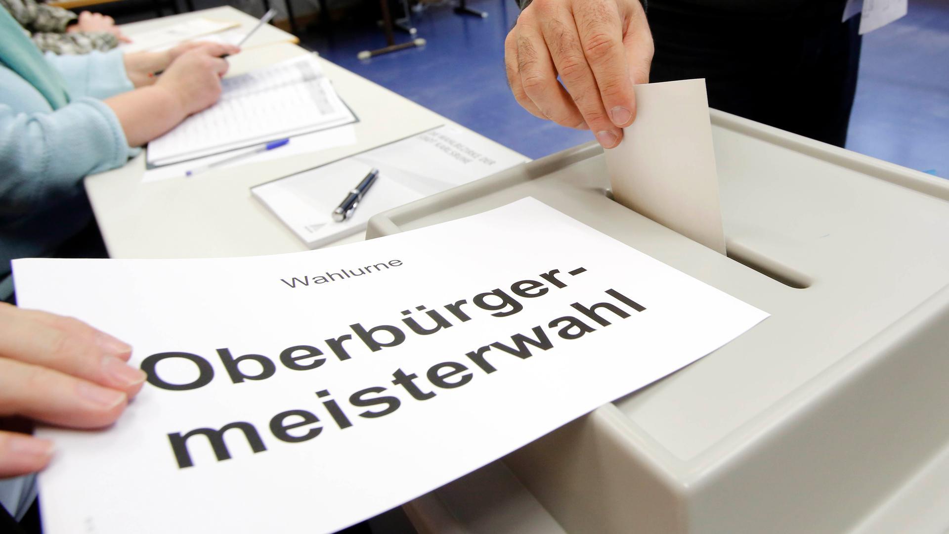 Eine Wahlurne und ein Stimmzettel für die OB-Wahl