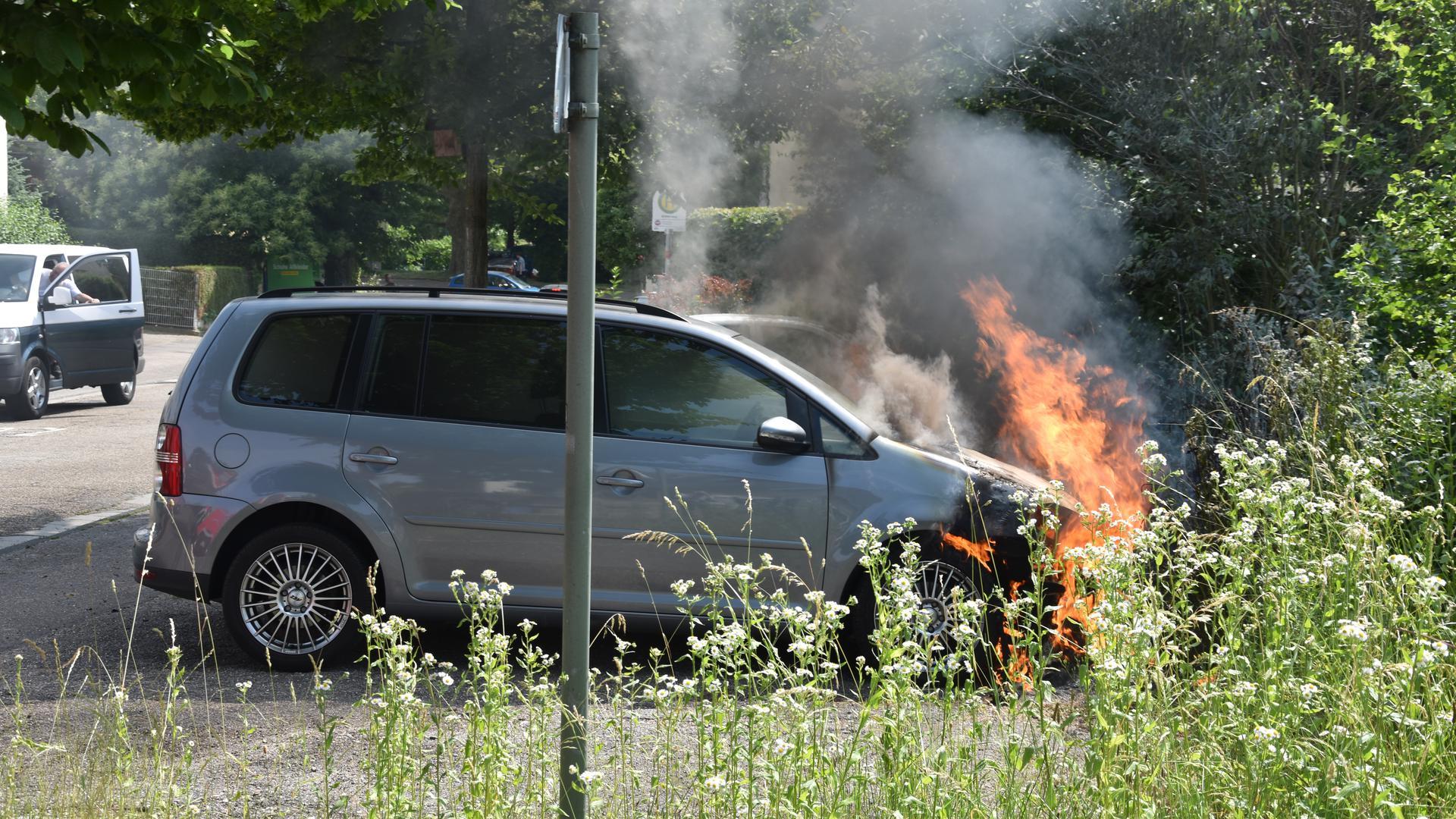 Der Motorraum eines VW steht in Flammen.