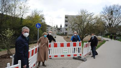 Menschen vor einer Baustellenabgrenzung