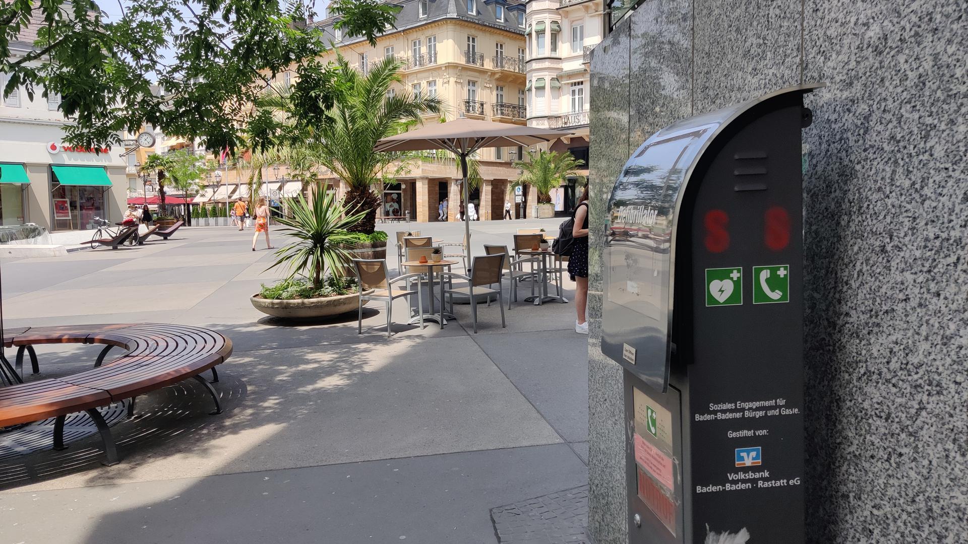 Eine Notrufsäule mit einem Defibrillator steht auf dem Leopoldsplatz in Baden-Baden