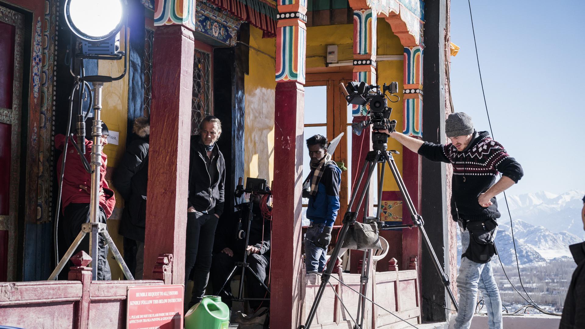 """Ralf Bauer (dritter von links), hier beim Dreh in Indien, macht im Film """"Die Wiederkehr - Sem Dhul"""" auf die Situation der Tibeter aufmerksam."""