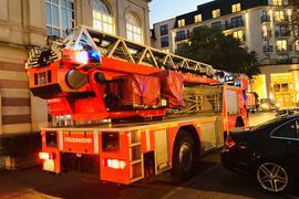 Eine Drehleiter der Feuerwehr Baden-Baden fährt vor dem Hotel Maison Messmer vor.