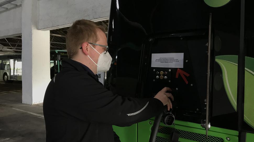Werkstattmeister Sebastian Späth lädt den Bus im Verkehrsbetriebshof Baden-Baden auf.
