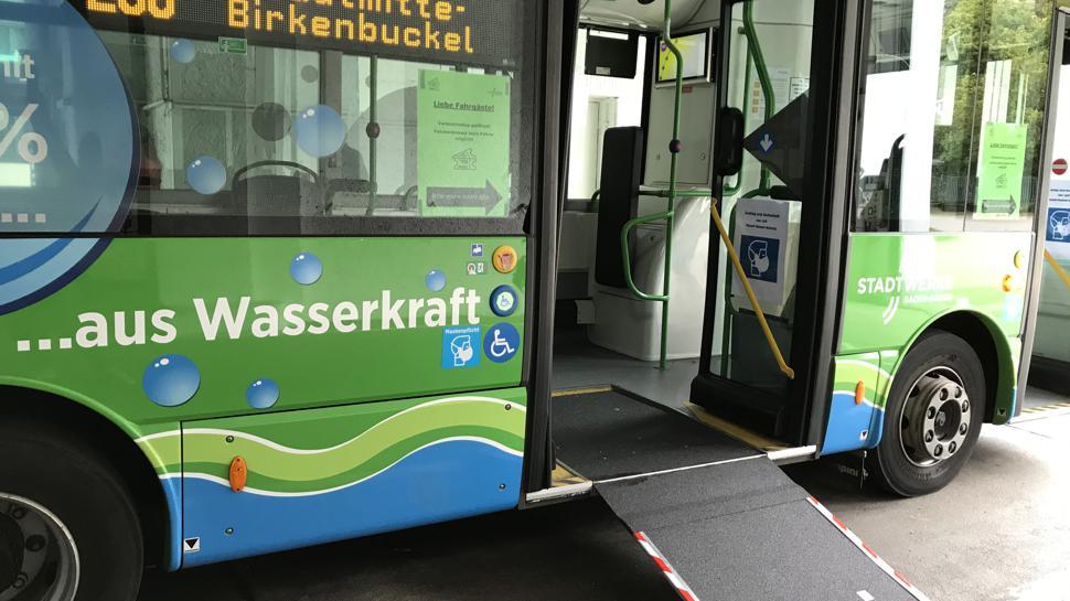 Eine Rampe führt in den E-Bus Baden-Baden