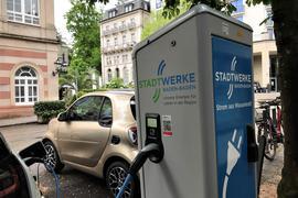 Zwei Elektrofahrzeuge laden an einer Ladesäule in der Werderstraße Baden-Baden.