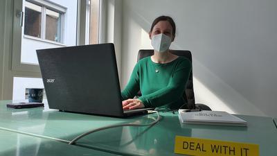 Jennifer Smith sitzt an einem Schreibtisch im Elan Gründerzentrum Baden-Baden.