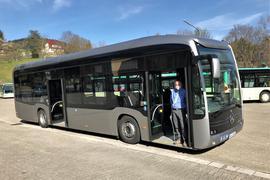 Ein Elektro-Bus, den die Verkehrsbetriebe Baden-Baden zehn Tage testen, steht auf dem Hof des Depots in Lichtental.