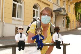 Ein Bild aus besseren Tagen: vor ein paar Wochen installierte Elke Hahn den reparierten Tony und seine Bodyguards.