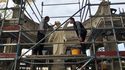 Steinmetz Bernhard Binder (links) und Projektleiter Maximilian Bürkle begutachten den den Fortgang bei der Restaurierung des Engel im Fürstenberg-Denkmal Baden-Baden.