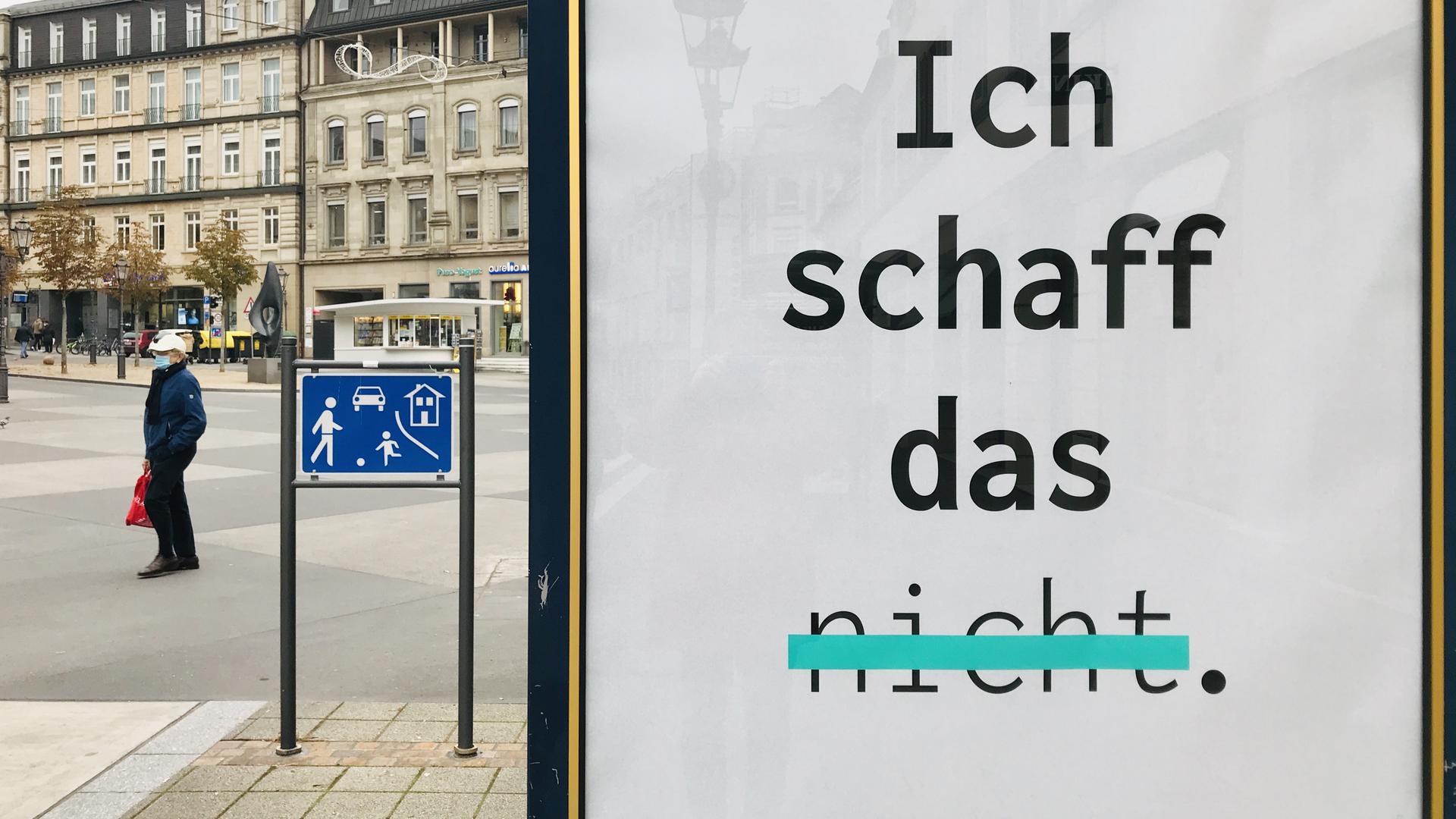 """Ein Motiv einer Kampagene der Robert-Enke-Stiftung mit der Aufschrift """"Ich schaff das"""" hängt an einer Bushaltestelle am Leopoldsplatz in Baden-Baden. Es soll depressiven Menschen Mut machen, sich Hilfe zu holen."""