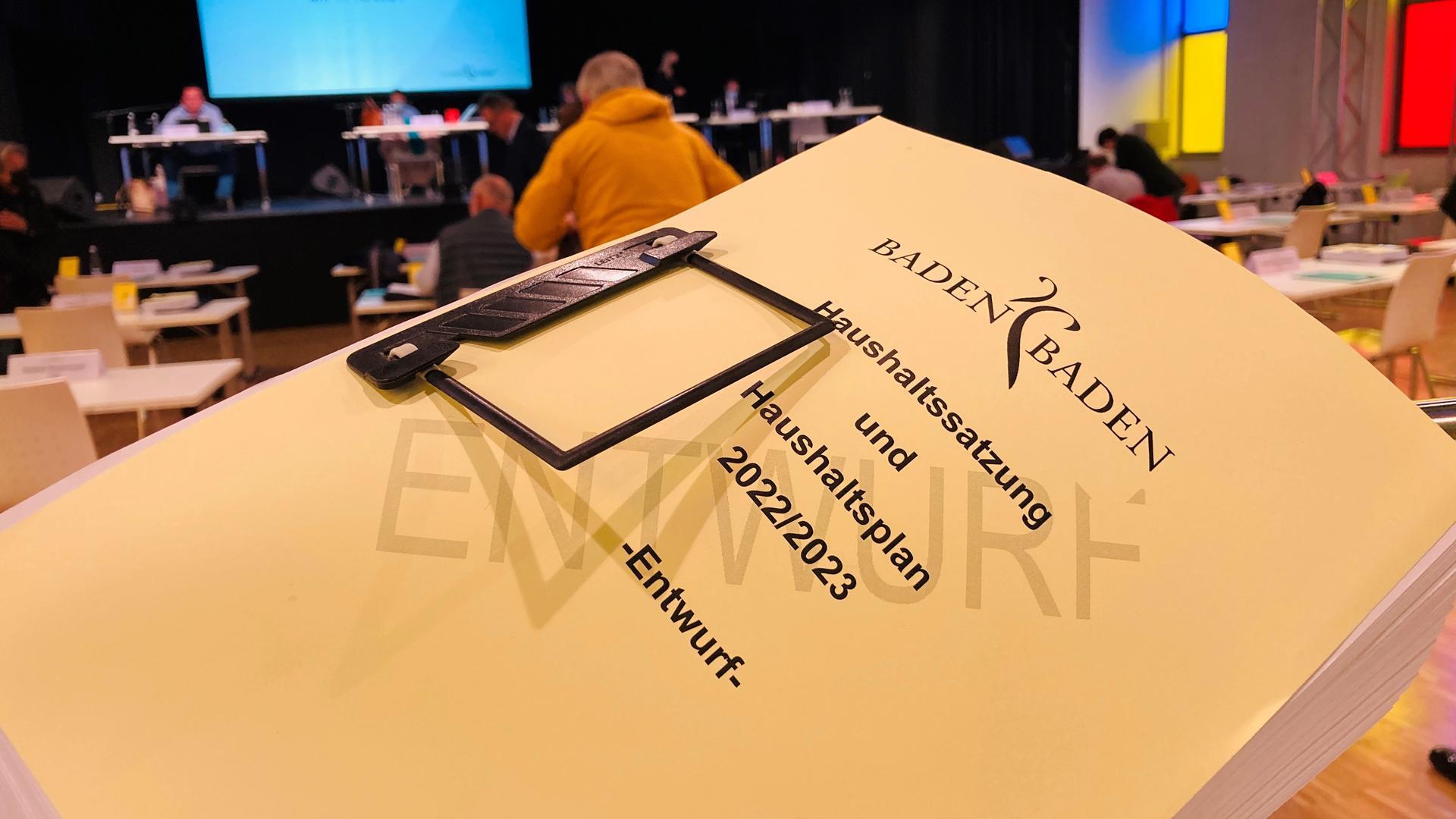 Ein dickes Buch: 946 Seiten umfasst der Entwurf für den Doppelhaushalt 2022/23 der Stadt Baden-Baden