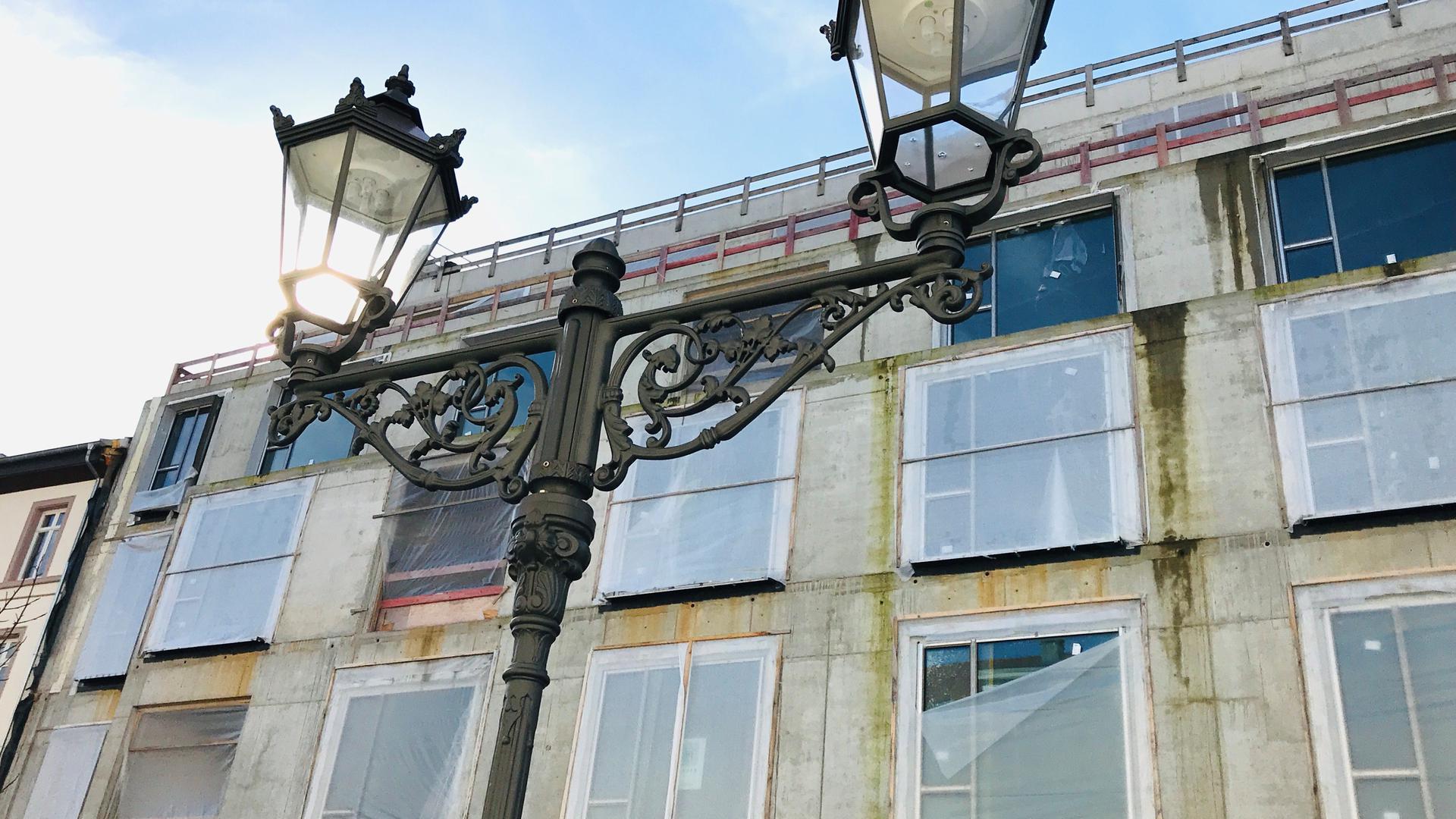 Laternen stehen vor der Baustelle Europäischer Hof in Baden-Baden
