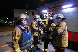 Nach Vorschrift: Auch die Männer bei der Feuerwehr müssen sich trotz anstrengendem Einsatz an die Maskenpflicht halten.  Rainer Bleich (links) nach seiner letzten Übung mit der Einsatzabteilung.