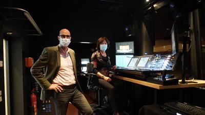 Benedikt Stampa und Oberbürgermeisterin Margret Mergen testen die neue Tonregie im Festspielhaus Baden-Baden