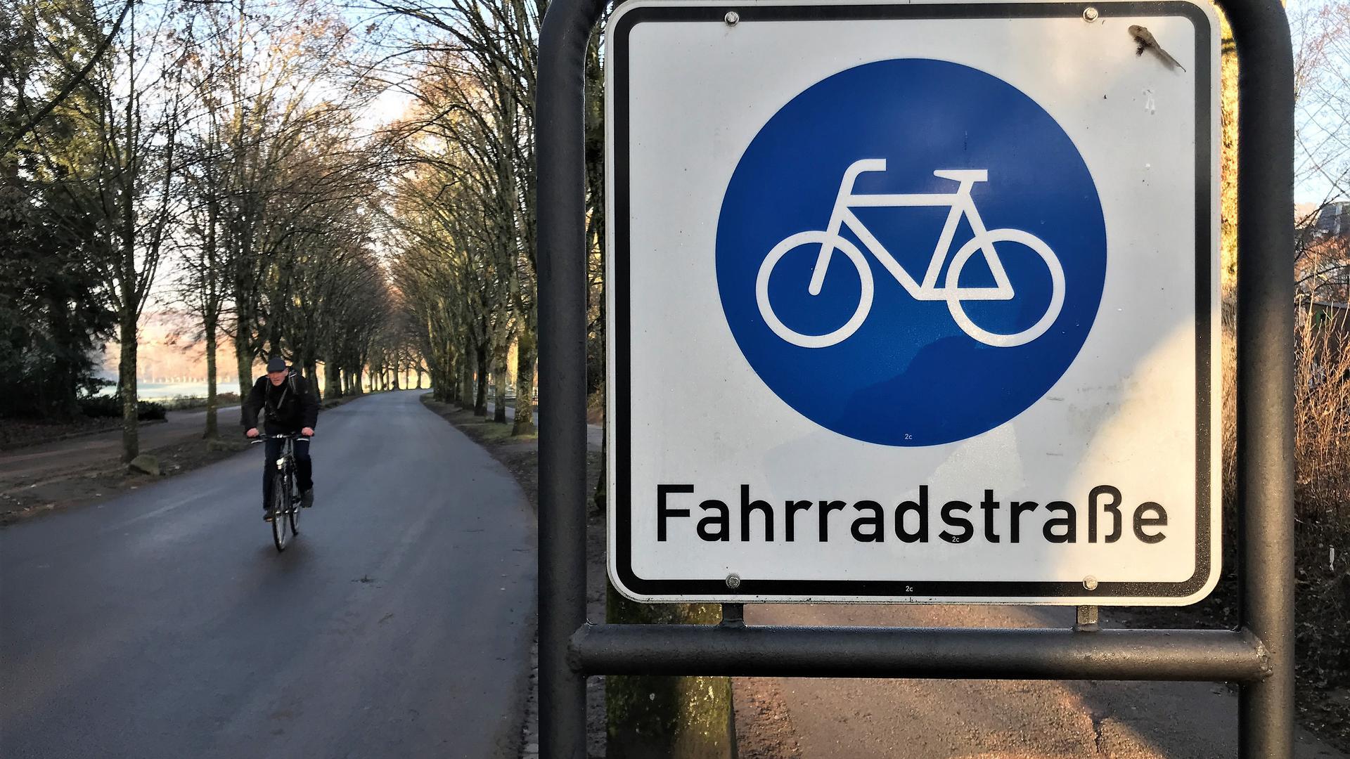 Ein Radler fährt auf der Fahrradstraße in der Lichtentaler Allee Baden-Baden.