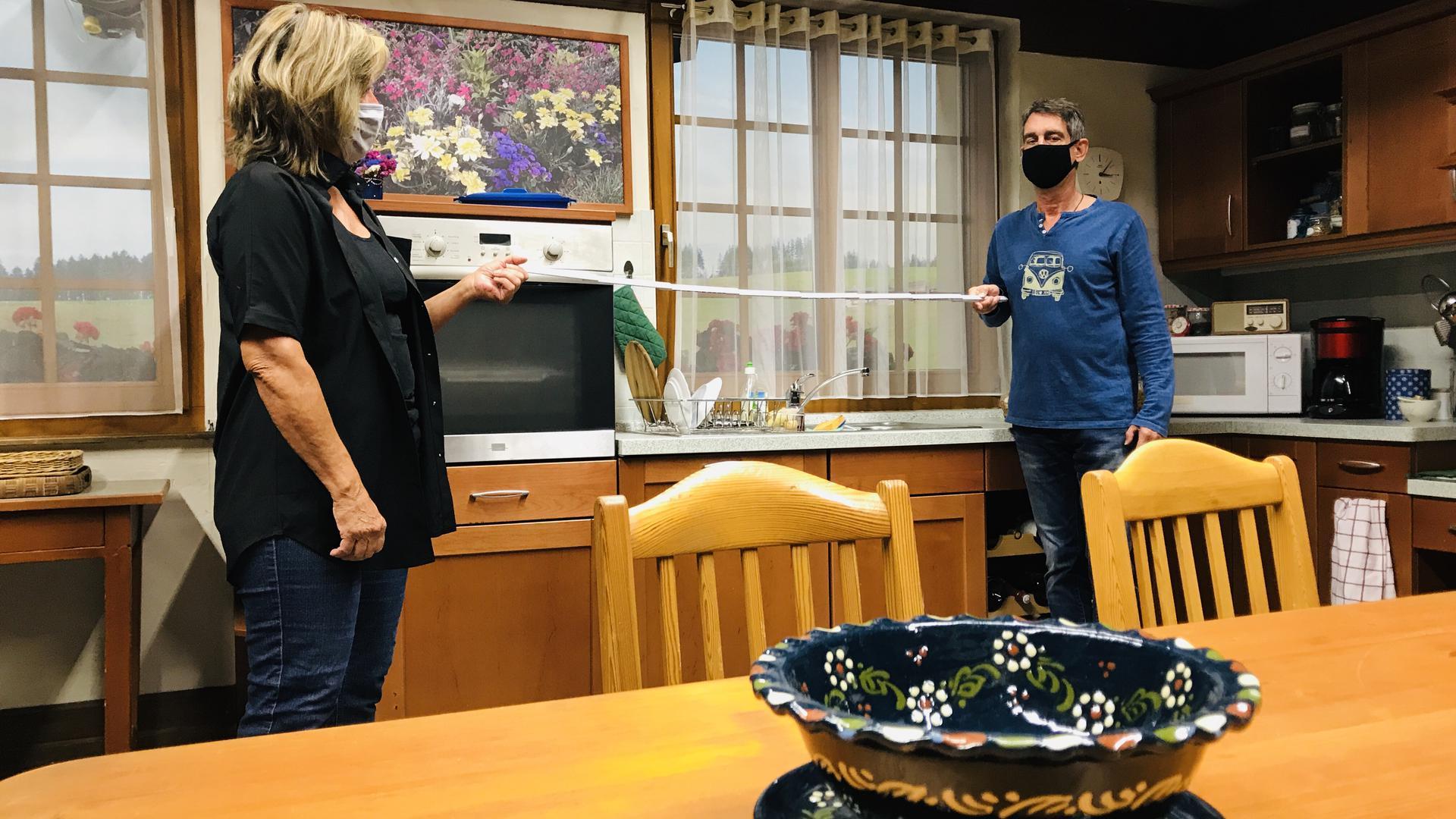 """Zwei Personen stehen in der Küche der TV-Serie """"Die Fallers"""" in einem Studio des Südwestrundfunks in Baden-Baden."""