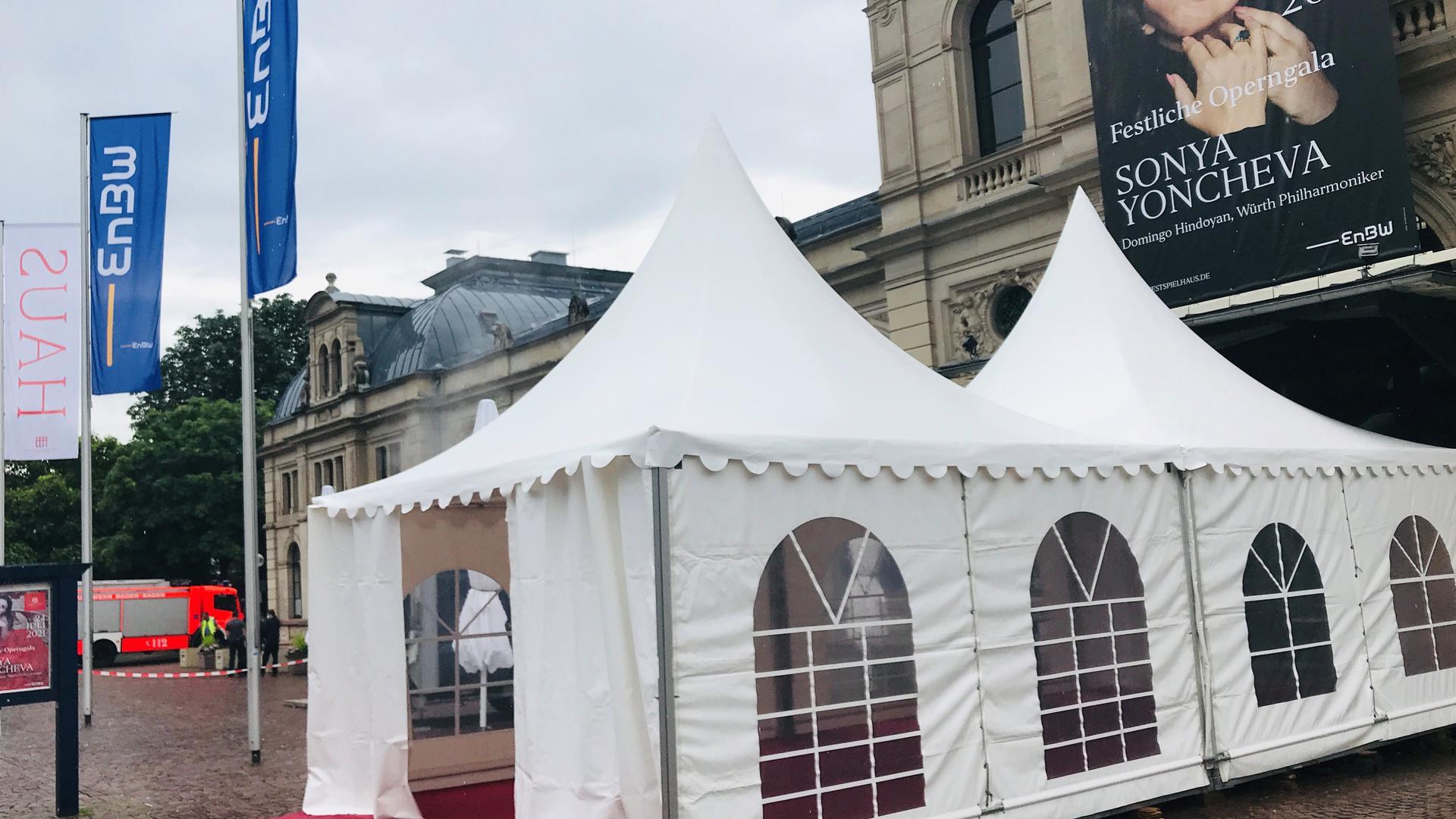 Vor dem Festspielhaus sind die Aufbauten für das Gala-Konzert am Samstag, 24. Juli, bereits erfolgt.