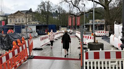 Fußgänger passieren ein Stück der bereits fertigen Fieser-Brücke in Baden-Baden.