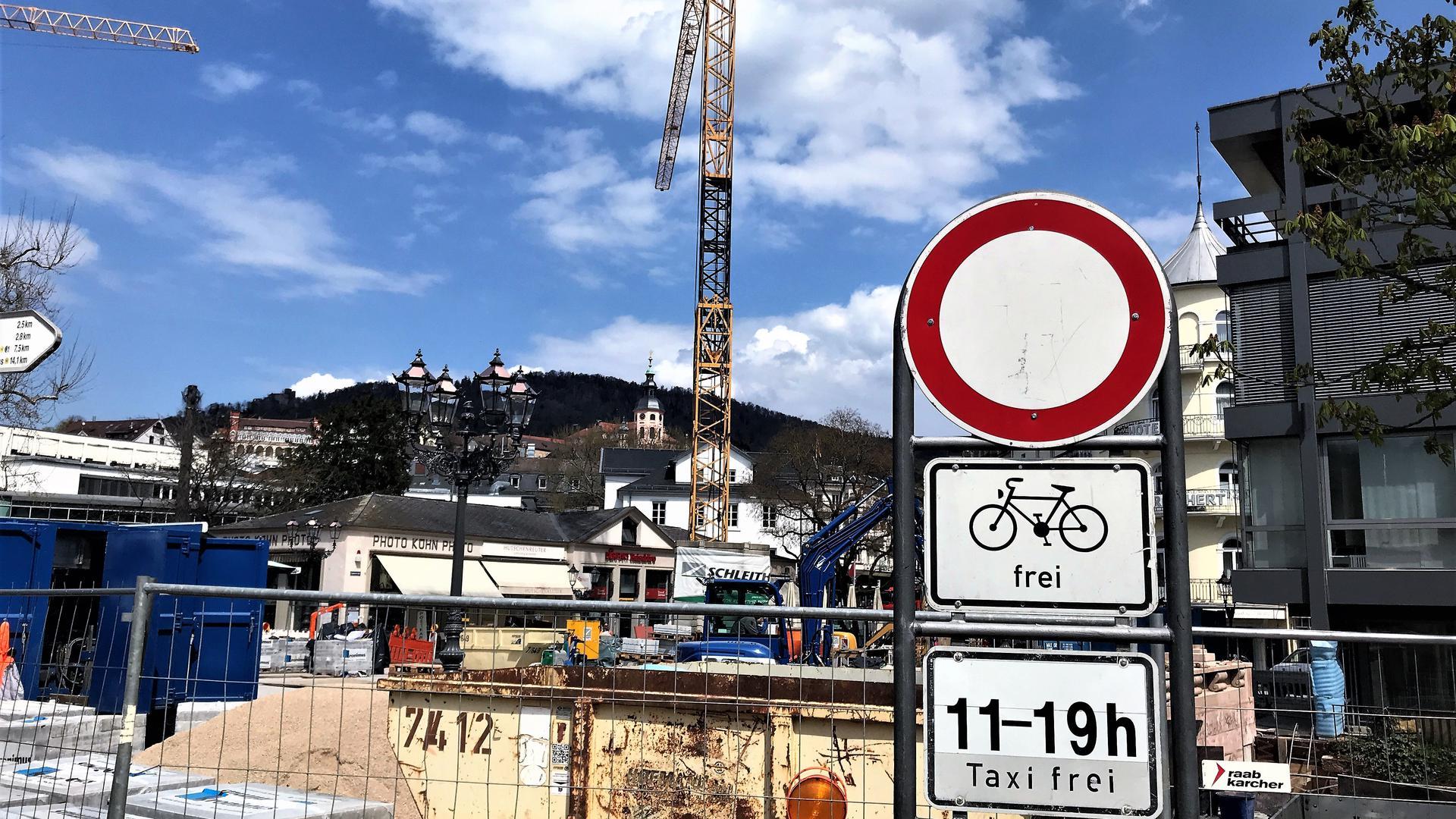Vor der Fieser-Brücke in Baden-Baden weist ein Verkehrsschild auf das Durchfahrtsverbot hin.