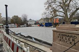Auf einem Teil der Reinhard-Fieser-Brücke in Baden-Baden ist der neue Plattenbelag bereits verlegt.