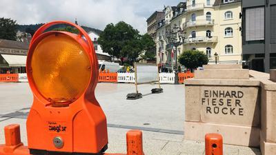Blick auf die Noch-Baustelle der Fieser-Brücke in Baden-Baden. Dort stehen nach der Sanierung noch Restarbeiten an. Unter anderem fehlen Buchstaben beim Namen der Brücke.