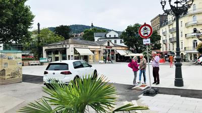 Ein weißer Mittelklassewagen fährt verbotenerweise über die Fieser-Brücke in Baden-Baden.