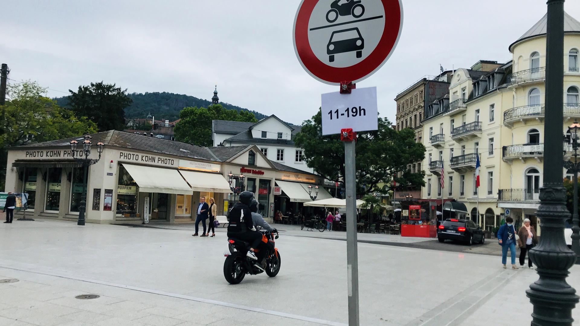 Ein Motorrad fährt verbotenerweise auf die Fieser-Brücke in Baden-Baden.