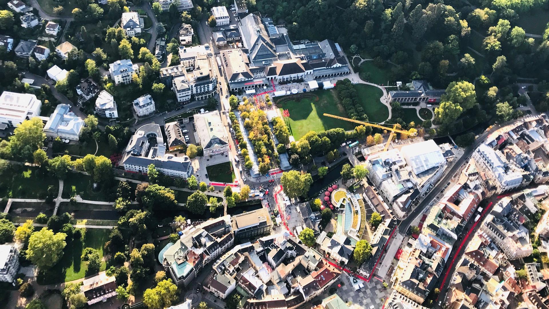 Die Fieser-Brücke (Bildmitte) ist die Verbindung von der Altstadt zum Kurviertel mit den Kolonnaden, dem Kurgarten und dem Kurhaus.
