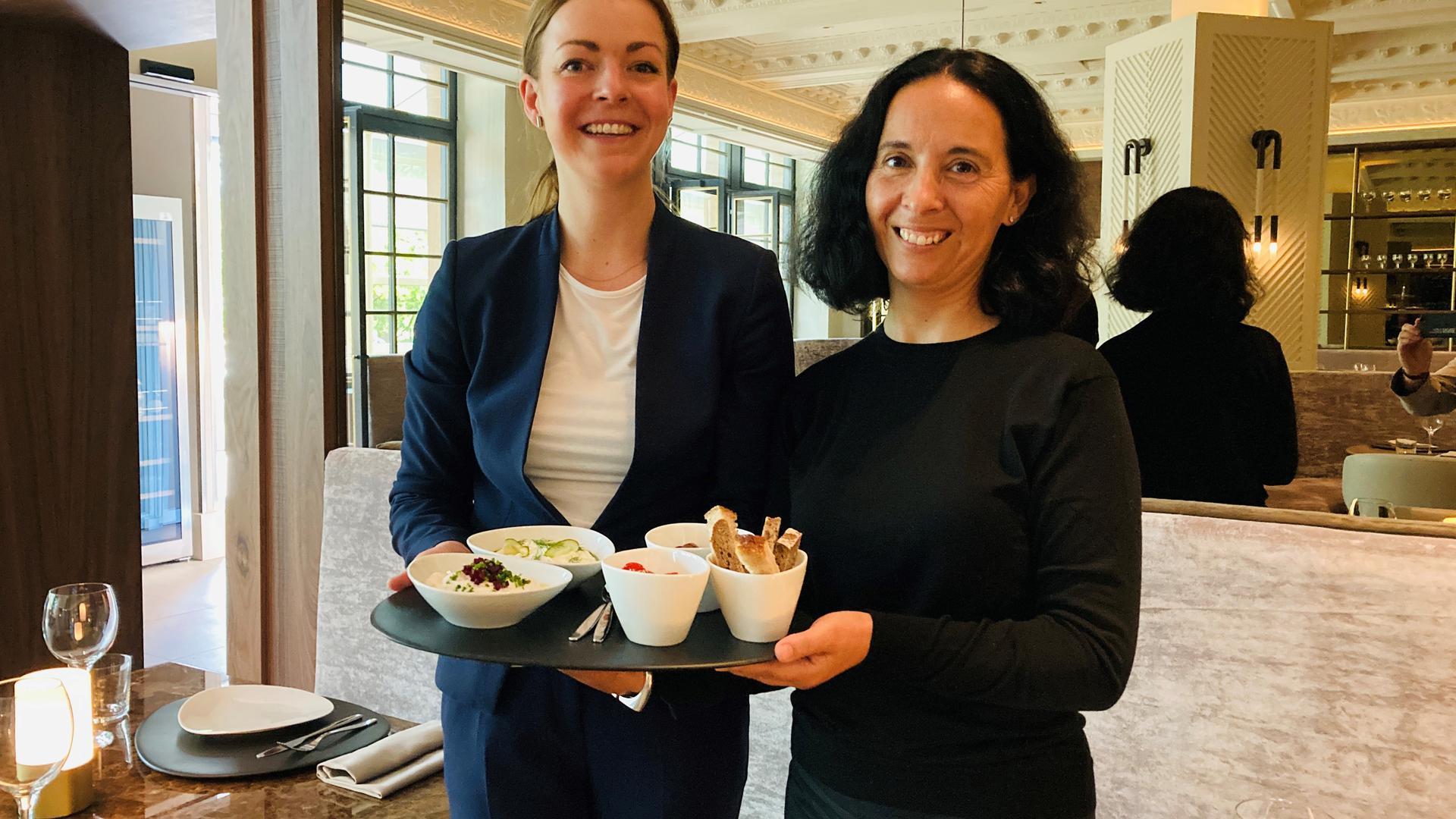 """Geschäftsführerin Vasiliki Basia (rechts) steht mit einer Mitarbeiterin im neuen Restaurant """"fllios"""" am Augustaplatz in Baden-Baden. In den Räumen war früher das """"Medici""""."""