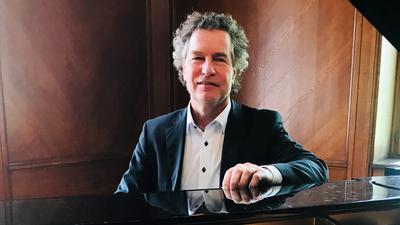 Heiko Mathias Förster, ab September 2022 neuer Chefdirigent der Philharmonie Baden-Baden, sitzt im Alten Ratssaal in Baden-Baden am Flügel.